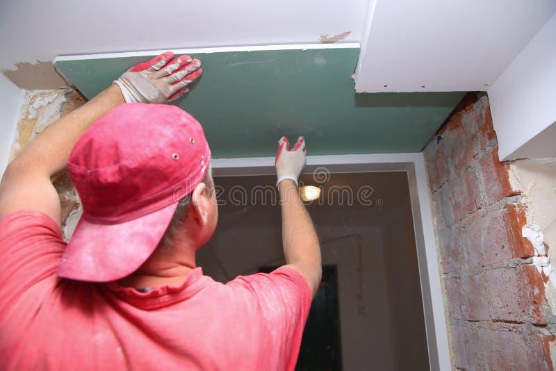 Γεμίζοντας τοίχοι και συνέλευση και να κολλήσει τους πίνακες γύψου κατά τη διάρκεια της ανακαίνισης ενός δωματίου στοκ φωτογραφίες με δικαίωμα ελεύθερης χρήσης