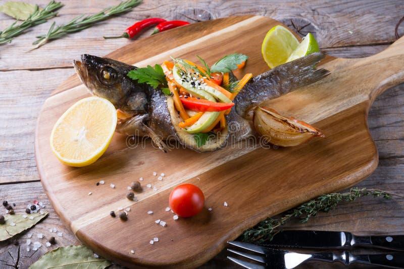 Γεμισμένα και ψημένα στη σχάρα ψάρια dorado στοκ εικόνα με δικαίωμα ελεύθερης χρήσης