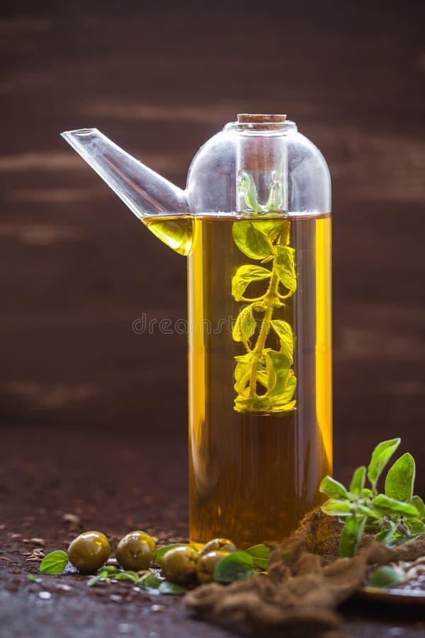 Γεμισμένα μπουκάλι χορτάρια κλαδάκι προσθηκών ελαιολάδου στοκ εικόνες με δικαίωμα ελεύθερης χρήσης