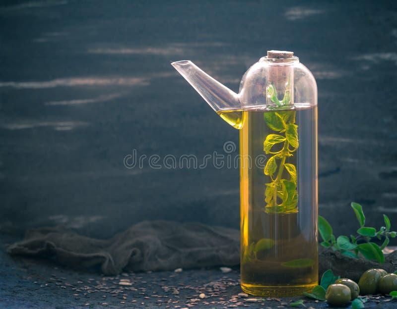 Γεμισμένα μπουκάλι χορτάρια κλαδάκι προσθηκών ελαιολάδου στοκ φωτογραφία με δικαίωμα ελεύθερης χρήσης