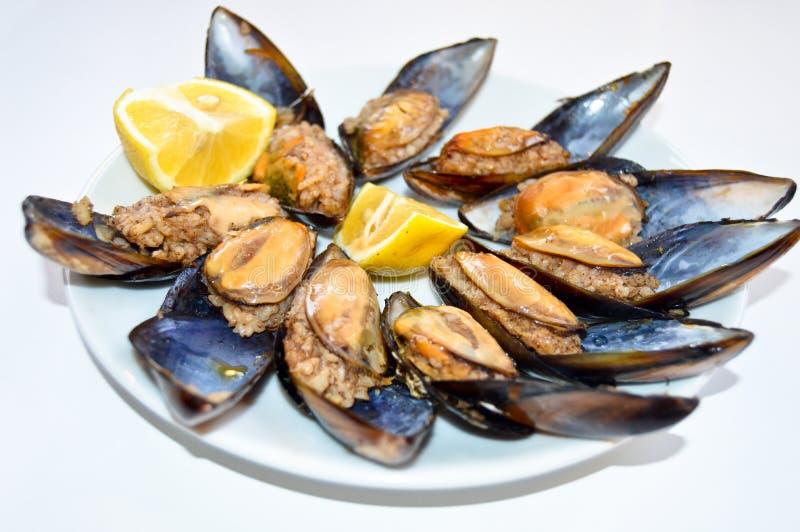 Γεμισμένα μύδια σε ένα άσπρο πιάτο, midye dolma Τουρκική κουζίνα snack στοκ φωτογραφία με δικαίωμα ελεύθερης χρήσης