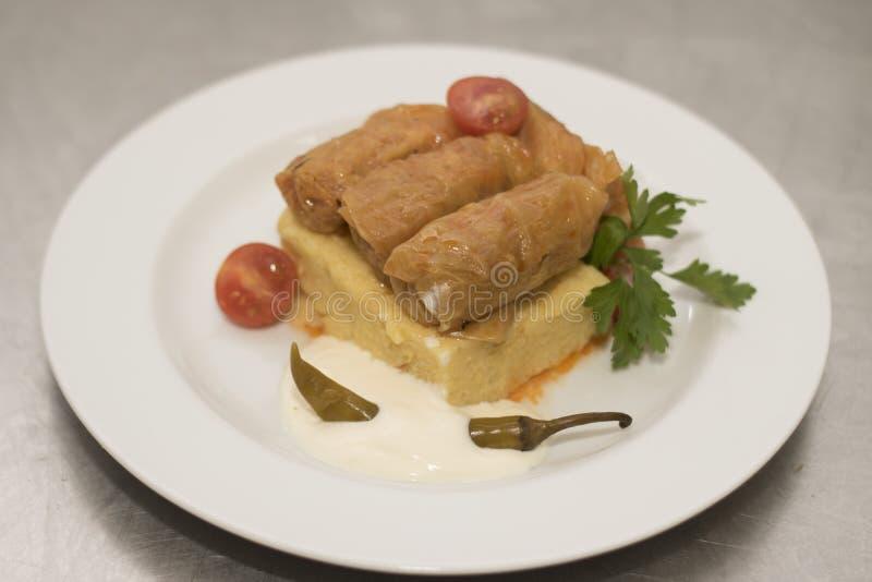 Γεμισμένα φύλλα λάχανων με το polenta στοκ φωτογραφία με δικαίωμα ελεύθερης χρήσης