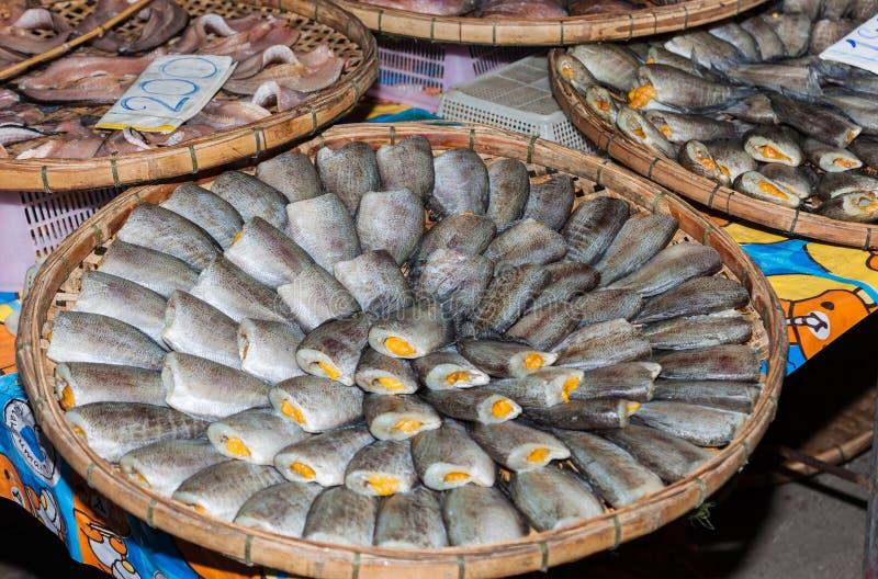 Download Γεμισμένα ψάρια σε μια αγορά Στοκ Εικόνα - εικόνα από σωρός, πωλητής: 62702247