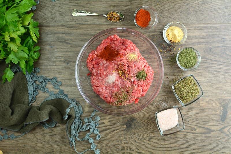 Γεμισμένες ψημένες στη σχάρα μελιτζάνες - μια παραδοσιακή τουρκική συνταγή που προετοιμάζεται στη σχάρα στοκ φωτογραφία με δικαίωμα ελεύθερης χρήσης