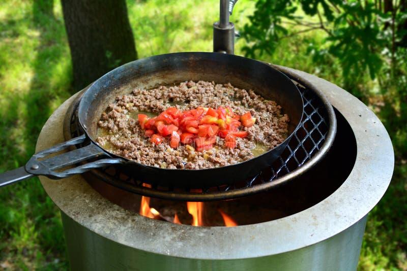 Γεμισμένες ψημένες στη σχάρα μελιτζάνες - μια παραδοσιακή τουρκική συνταγή που προετοιμάζεται στη σχάρα στοκ εικόνες