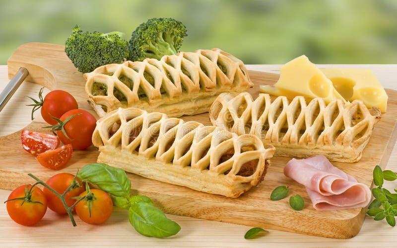 γεμισμένη τυρί ντομάτα ζύμης  στοκ εικόνα