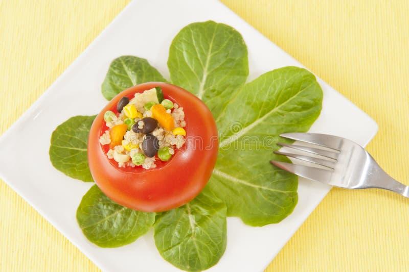 Γεμισμένη Quinoa ντομάτα με τα φύλλα σπανακιού στοκ εικόνες