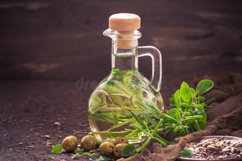 Γεμισμένος μπουκάλι κλάδος δεντρολιβάνου κλαδάκι προσθηκών ελαιολάδου στοκ εικόνες με δικαίωμα ελεύθερης χρήσης