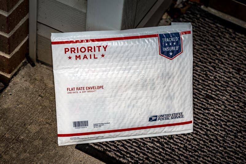 Γεμισμένος ταχυδρομείο φάκελος προτεραιότητας USPS στοκ εικόνες