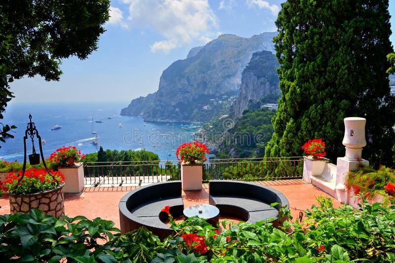 Γεμισμένο λουλούδι πεζούλι που αγνοεί την ακτή Capri, Ιταλία στοκ εικόνα με δικαίωμα ελεύθερης χρήσης