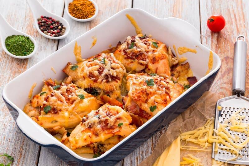 Γεμισμένο στήθος κοτόπουλου με το ζαμπόν, τυρί, ντομάτες, άποψη από το abo στοκ φωτογραφία