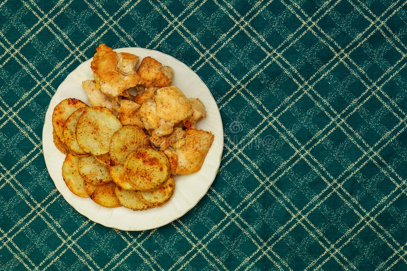 Γεμισμένο ψημένο κοτόπουλο που τυλίγεται στο μπέϊκον με τις πατάτες, καρότα στοκ φωτογραφία με δικαίωμα ελεύθερης χρήσης