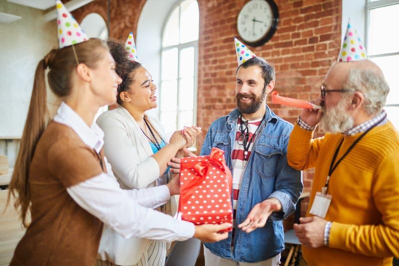 Γενέθλια εορτασμού στην αρχή στοκ φωτογραφία με δικαίωμα ελεύθερης χρήσης