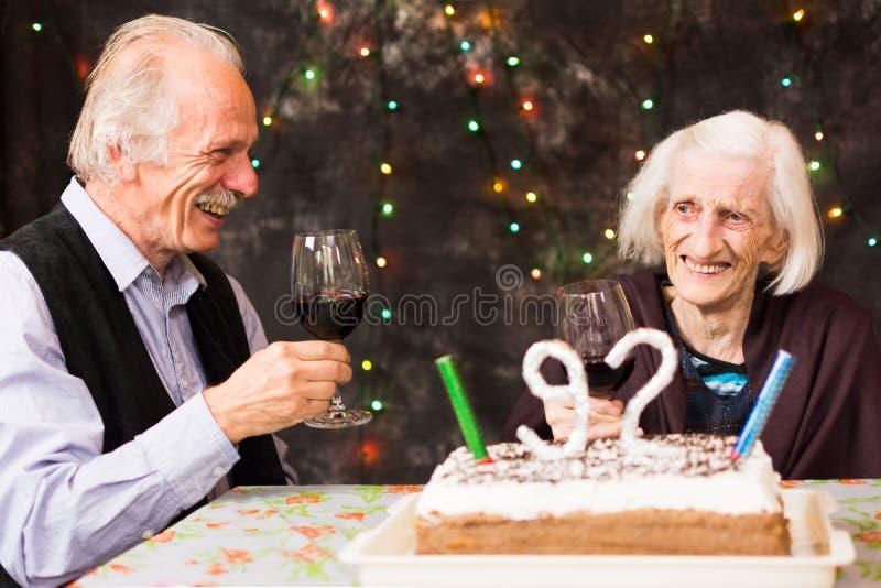 Γενέθλια εορτασμού Grandma με το γιο της στοκ φωτογραφία με δικαίωμα ελεύθερης χρήσης
