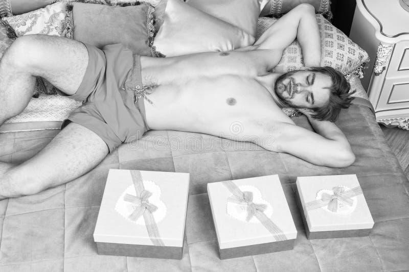 Γενέθλια πρωί Εορτασμός ημέρας βαλεντίνων Προκλητική έκπληξη για το θηλυκό Άτομο στην κρεβατοκάμαρα πολυτέλειας με το κιβώτιο δώρ στοκ εικόνα