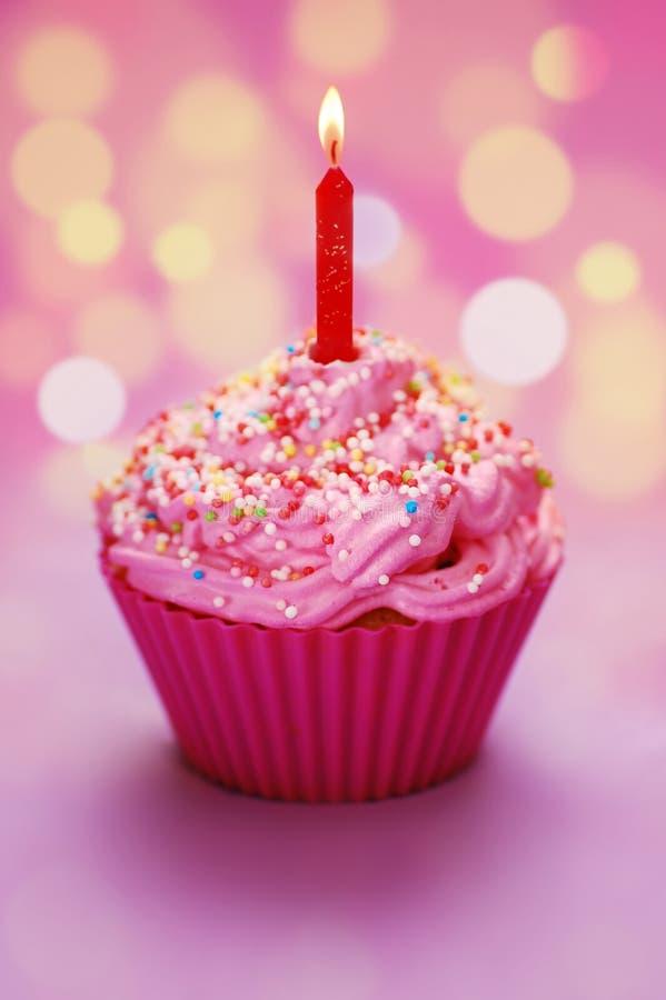 γενέθλια cupcake ευτυχή στοκ φωτογραφία με δικαίωμα ελεύθερης χρήσης