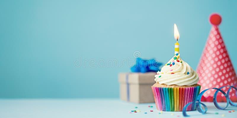 Γενέθλια cupcake με το κερί στοκ εικόνα με δικαίωμα ελεύθερης χρήσης