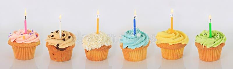 γενέθλια cupcakes ευτυχή στοκ φωτογραφίες με δικαίωμα ελεύθερης χρήσης