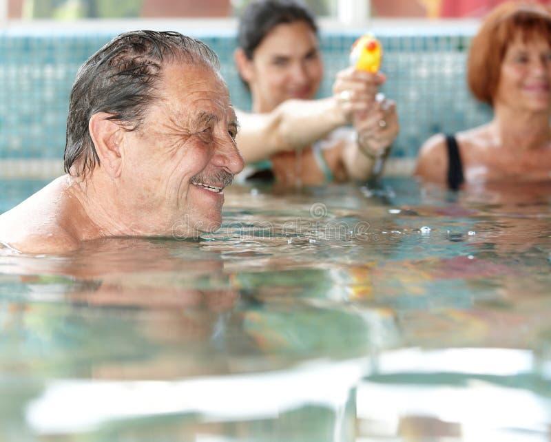 Γενεές που έχουν τη διασκέδαση στην πισίνα στοκ εικόνες