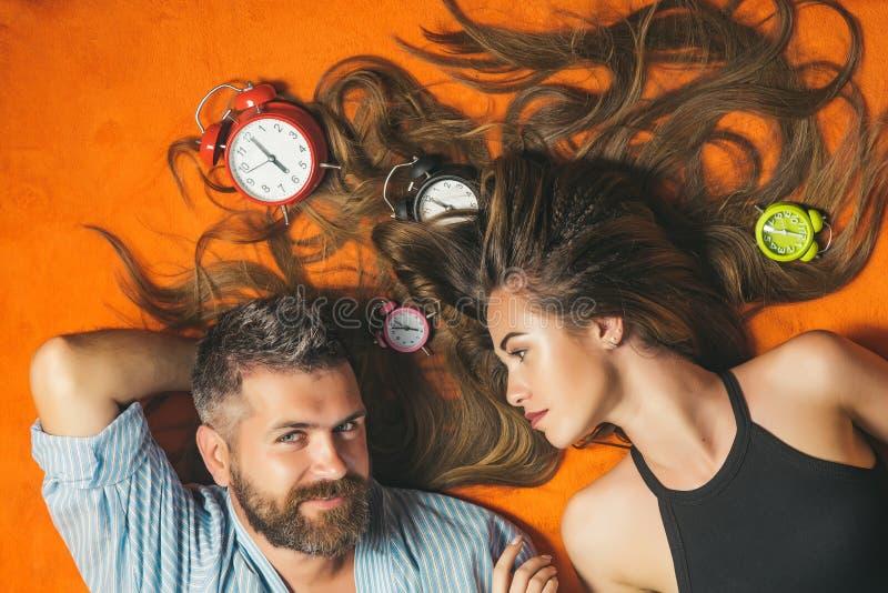 Γενειοφόροι άνδρας και γυναίκα με μακρυμάλλη, χρόνος στοκ φωτογραφία με δικαίωμα ελεύθερης χρήσης