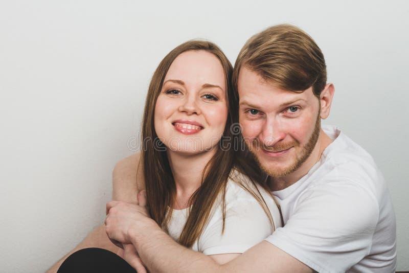 Γενειοφόρος άνδρας που αγκαλιάζει την ελκυστική γυναίκα στοκ φωτογραφίες