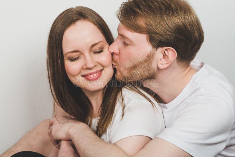 Γενειοφόρος άνδρας που αγκαλιάζει την ελκυστική γυναίκα στοκ εικόνες
