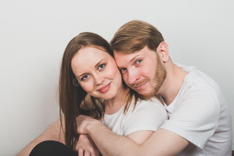 Γενειοφόρος άνδρας που αγκαλιάζει την ελκυστική γυναίκα στοκ φωτογραφία με δικαίωμα ελεύθερης χρήσης
