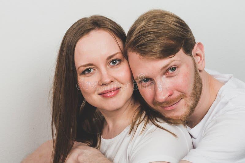Γενειοφόρος άνδρας που αγκαλιάζει την ελκυστική γυναίκα στοκ φωτογραφία