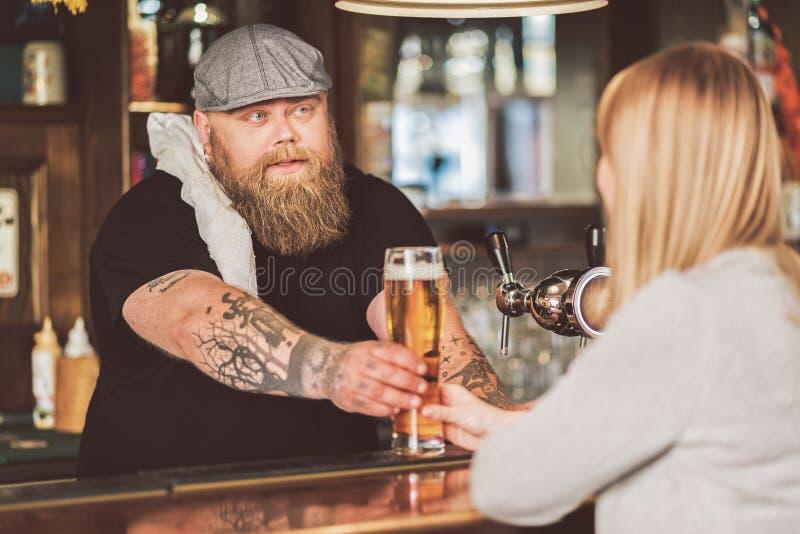 Γενειοφόρος αρσενική εργασία στο μπαρ στοκ εικόνα με δικαίωμα ελεύθερης χρήσης