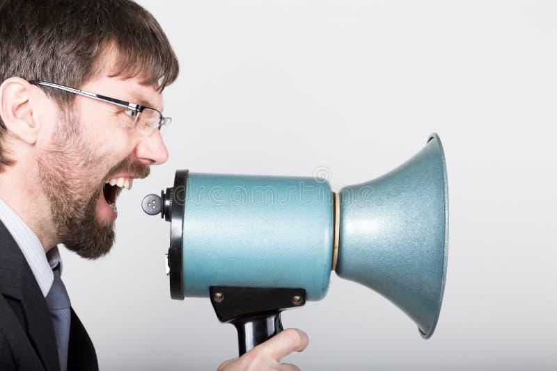 Γενειοφόρος επιχειρηματίας που φωνάζει μέσω του bullhorn Δημόσιες σχέσεις το άτομο εκφράζει τις διάφορες συγκινήσεις φωτογραφίες  στοκ εικόνα με δικαίωμα ελεύθερης χρήσης
