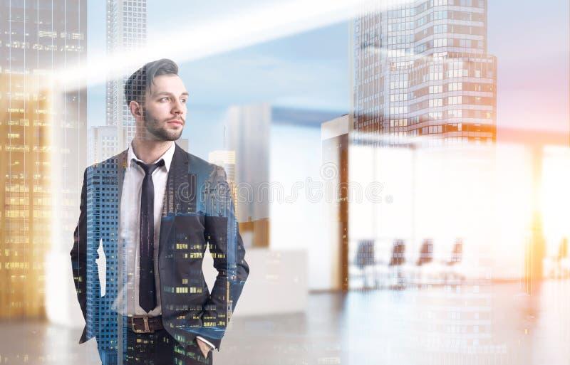 Γενειοφόρος επιχειρηματίας στο λόμπι γραφείων, που τονίζεται στοκ φωτογραφία