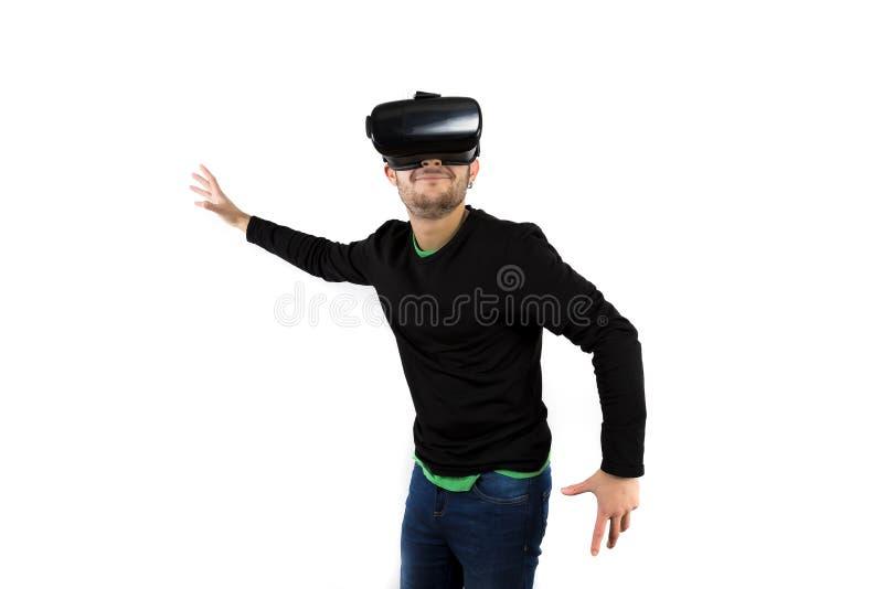 Γενειοφόρος νέος συμπαθητικός, σύγχρονος και χαμόγελο με τα γυαλιά vr που απολαμβάνουν την εικονική πραγματικότητα στοκ εικόνες