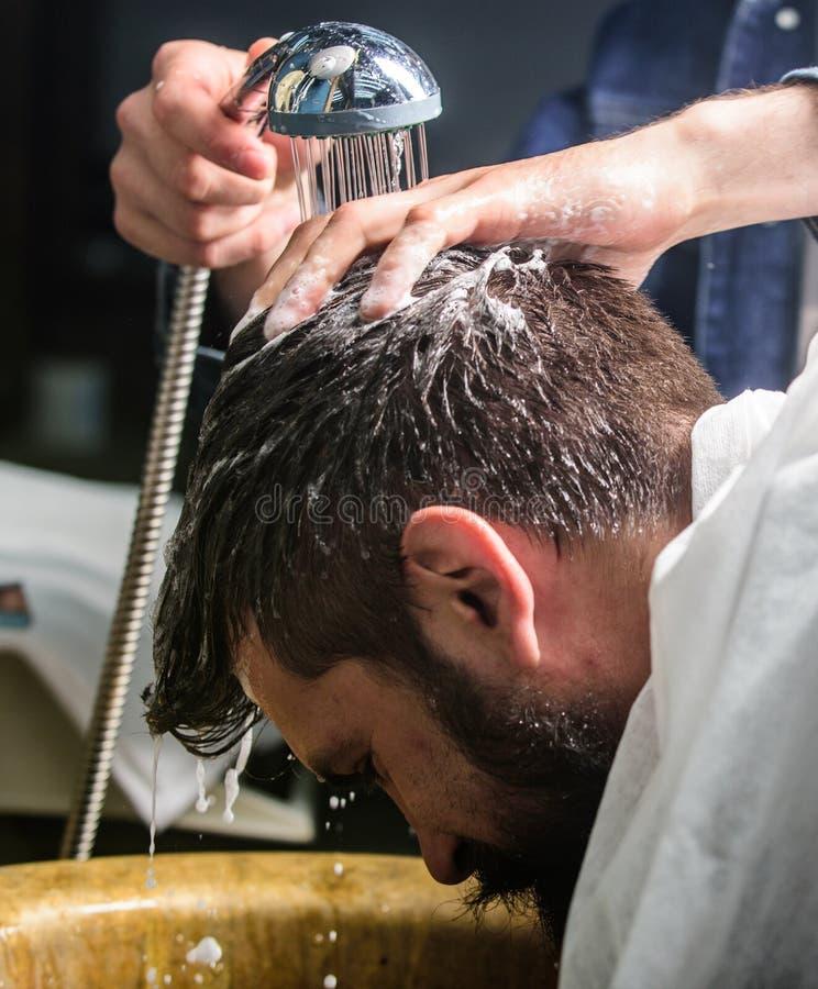 Γενειοφόρος πελάτης ατόμων του hipster barbershop Χέρια κουρέων που πλένουν την τρίχα του γενειοφόρου hipster Έννοια Barbershop 3 στοκ εικόνα με δικαίωμα ελεύθερης χρήσης