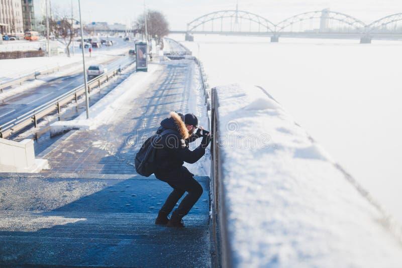 Γενειοφόρος τουρίστας ατόμων που παίρνει τη φωτογραφία στοκ φωτογραφία
