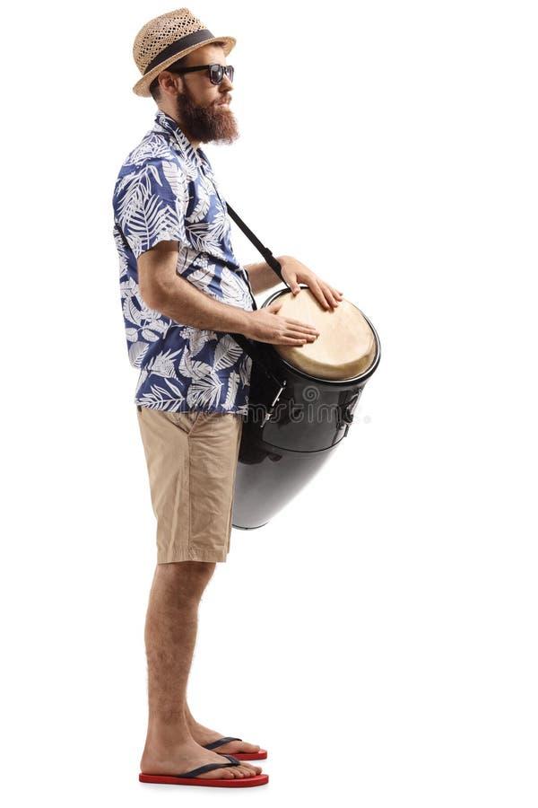 Γενειοφόρος τουρίστας με το τύμπανο conga στοκ εικόνες