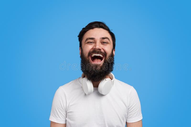 Γενειοφόρος τύπος που γελά στη κάμερα στοκ φωτογραφίες με δικαίωμα ελεύθερης χρήσης