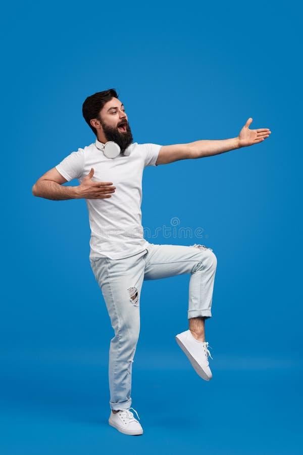 Γενειοφόρος τύπος που τραγουδά και που χορεύει στοκ φωτογραφία με δικαίωμα ελεύθερης χρήσης