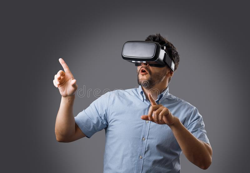 Γενειοφόρος τύπος στην εικονική πραγματικότητα στοκ φωτογραφία με δικαίωμα ελεύθερης χρήσης