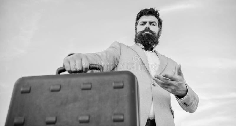 Γενειοφόρος χαρτοφύλακας λαβής προσώπου Hipster με τη δωροδοκία Το επίσημο κοστούμι επιχειρησιακών ατόμων φέρνει το υπόβαθρο ουρα στοκ φωτογραφία με δικαίωμα ελεύθερης χρήσης