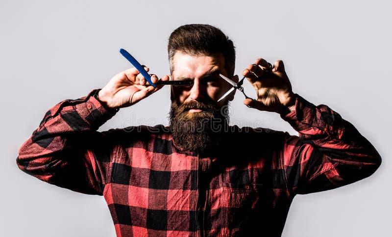 Γενειοφόρο άτομο, γενειοφόρο αρσενικό Πορτρέτο της μοντέρνης γενειάδας ατόμων Ψαλίδι κουρέων και ευθύ ξυράφι, κατάστημα κουρέων r στοκ φωτογραφίες