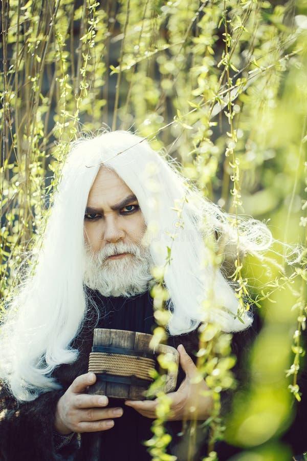 Γενειοφόρο άτομο με την κούπα στην άνθιση στοκ φωτογραφία με δικαίωμα ελεύθερης χρήσης