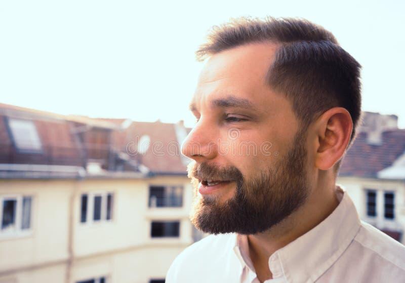 Γενειοφόρο άτομο που έχει μια συνομιλία που μιλά στο ηλιοβασίλεμα και το άσπρο πουκάμισο στοκ εικόνες με δικαίωμα ελεύθερης χρήσης