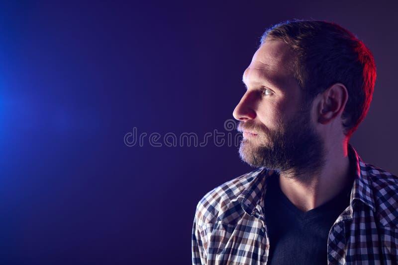 Γενειοφόρο άτομο που κοιτάζει στην πλευρά στοκ εικόνες με δικαίωμα ελεύθερης χρήσης