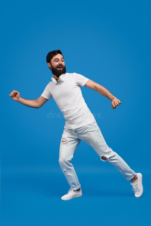 Γενειοφόρο άτομο που τρέχει μακριά στοκ φωτογραφία