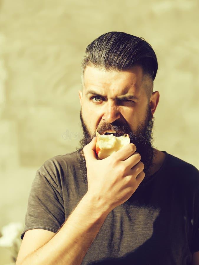 Γενειοφόρο άτομο που τρώει το μήλο στοκ εικόνα με δικαίωμα ελεύθερης χρήσης