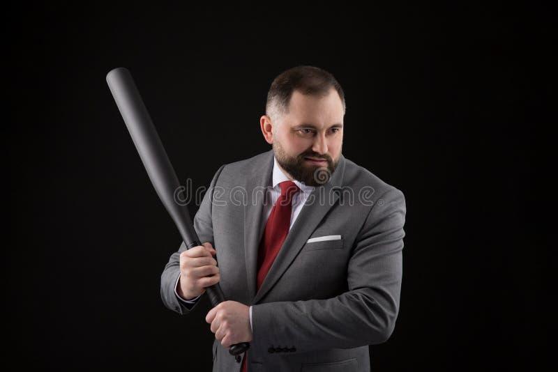 Γενειοφόρο άτομο στο κοστούμι και κόκκινος δεσμός με το ρόπαλο του μπέιζμπολ στοκ εικόνες με δικαίωμα ελεύθερης χρήσης