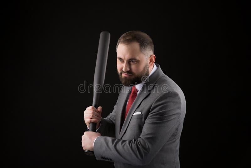 Γενειοφόρο άτομο στο κοστούμι και κόκκινος δεσμός με το ρόπαλο του μπέιζμπολ στοκ εικόνα με δικαίωμα ελεύθερης χρήσης