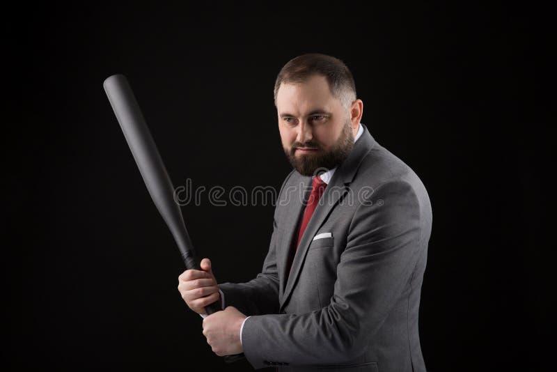Γενειοφόρο άτομο στο κοστούμι και κόκκινος δεσμός με το ρόπαλο του μπέιζμπολ στοκ εικόνα