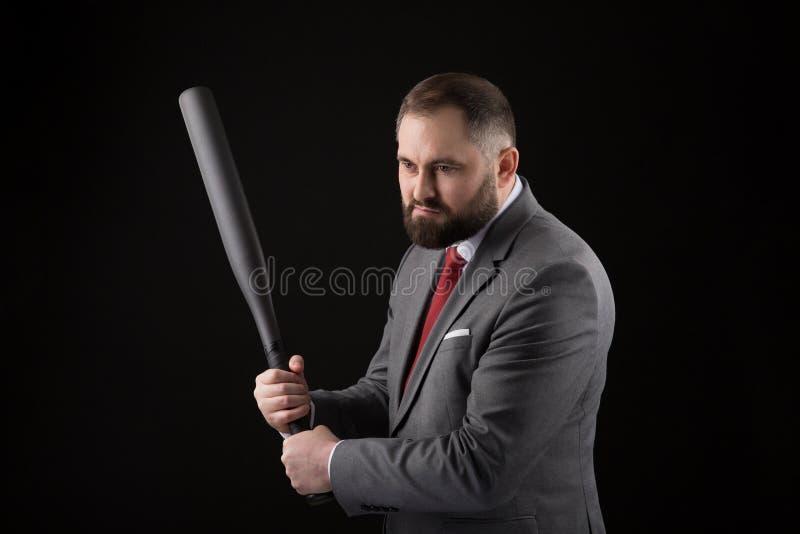 Γενειοφόρο άτομο στο κοστούμι και κόκκινος δεσμός με το ρόπαλο του μπέιζμπολ στοκ φωτογραφία με δικαίωμα ελεύθερης χρήσης