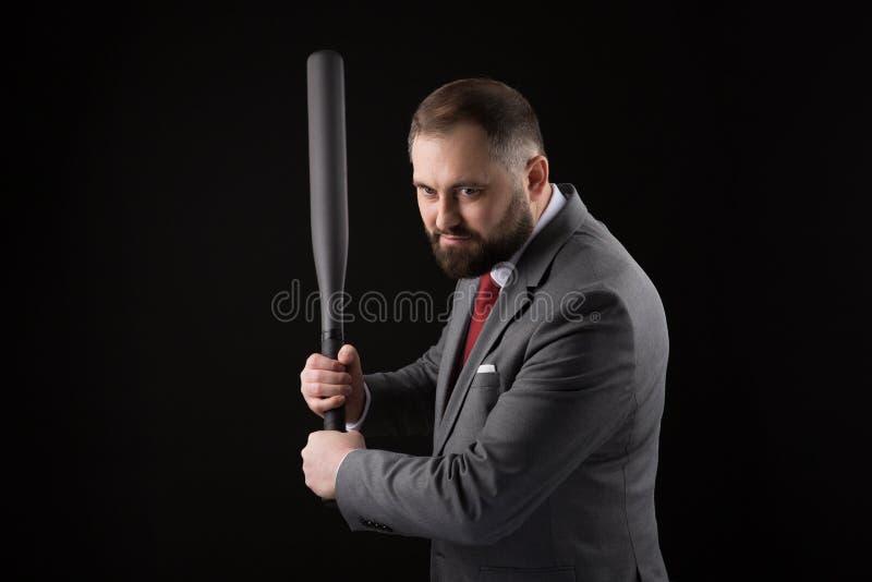 Γενειοφόρο άτομο στο κοστούμι και κόκκινος δεσμός με το ρόπαλο του μπέιζμπολ στοκ εικόνες